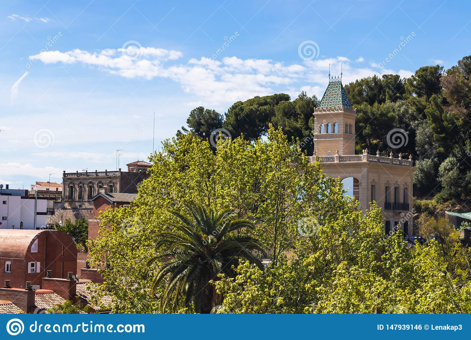 Belle vue des monuments de Guell de parc à Barcelone