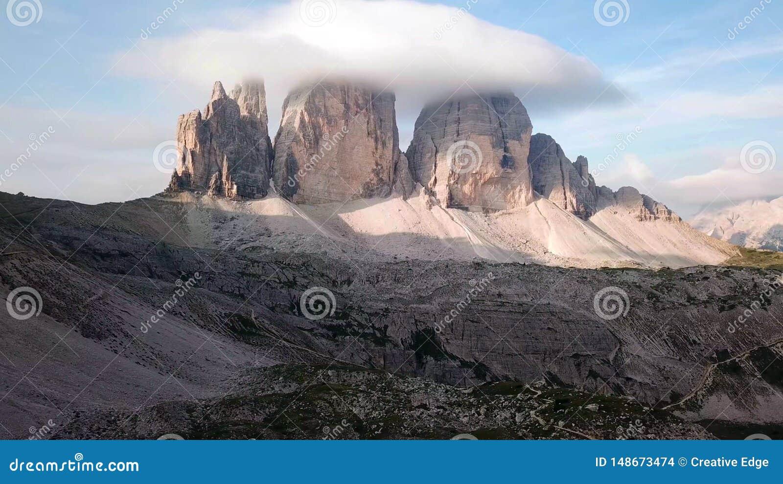 Belle vue du paysage alpin idyllique de montagne avec les pr?s de floraison et les cr?tes de montagne couronn?es de neige