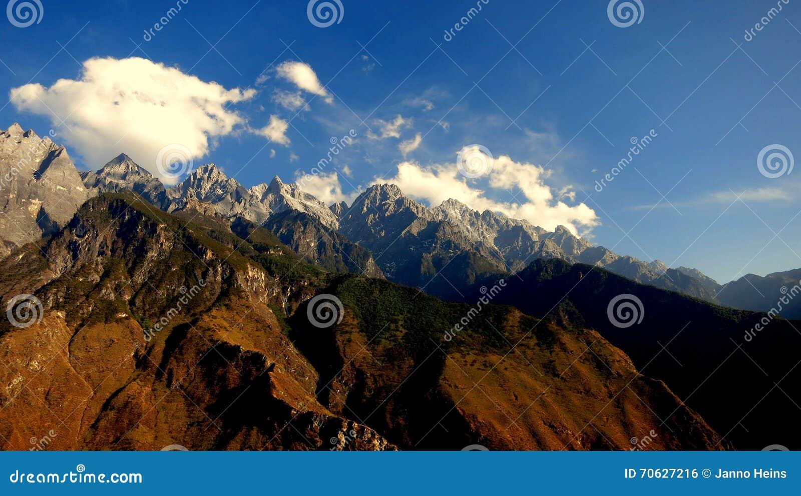 Belle vue du paysage de montagne chez Tiger Leaping Gorge dans Yunnan