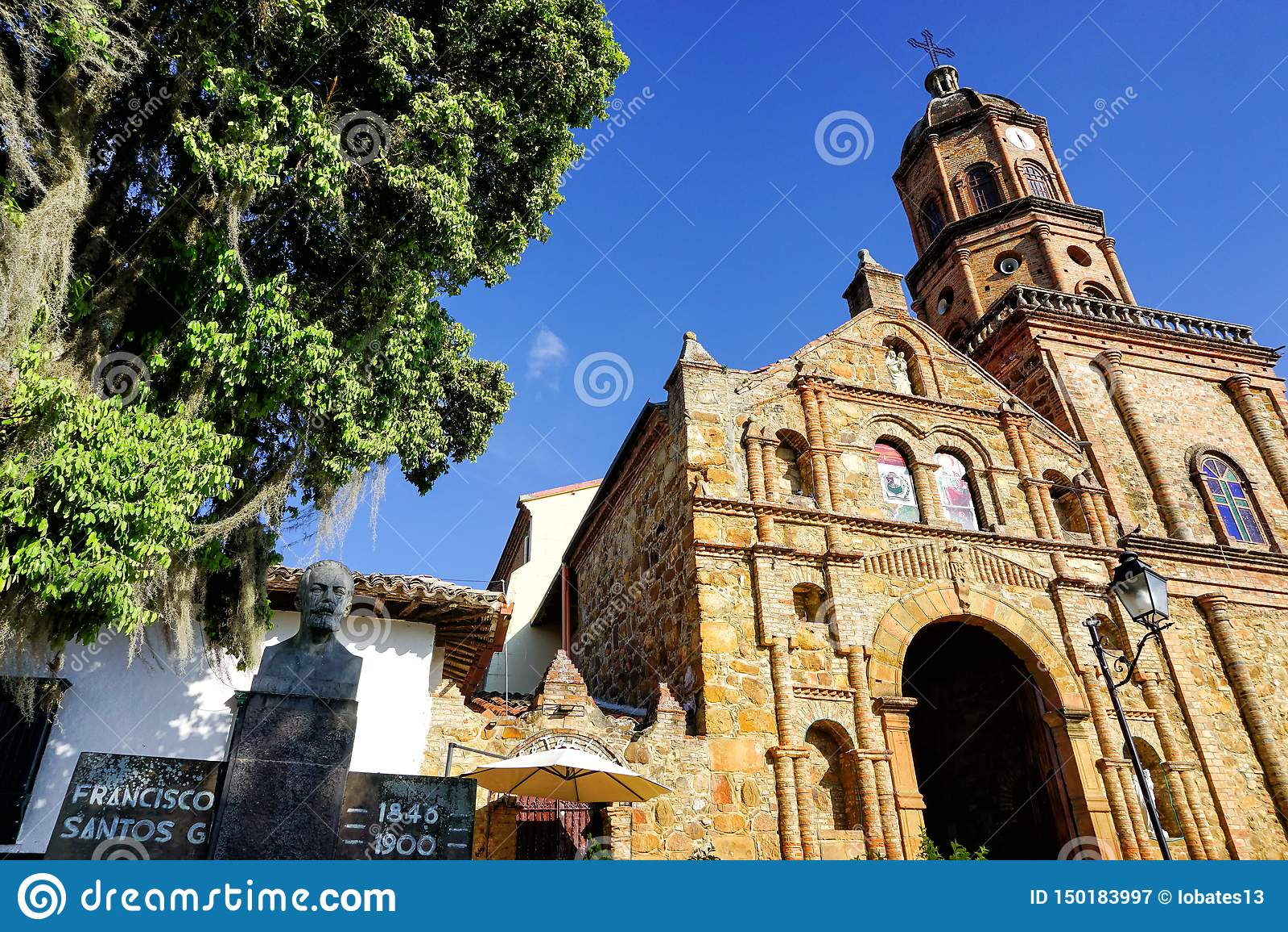 Belle vue du San Joaquin Church et sculpture dans Curiti, Colombie