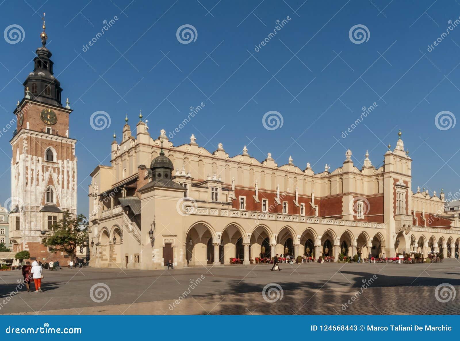 Belle vue du tissu Hall et de ville Hall Tower au centre historique de Cracovie, Pologne