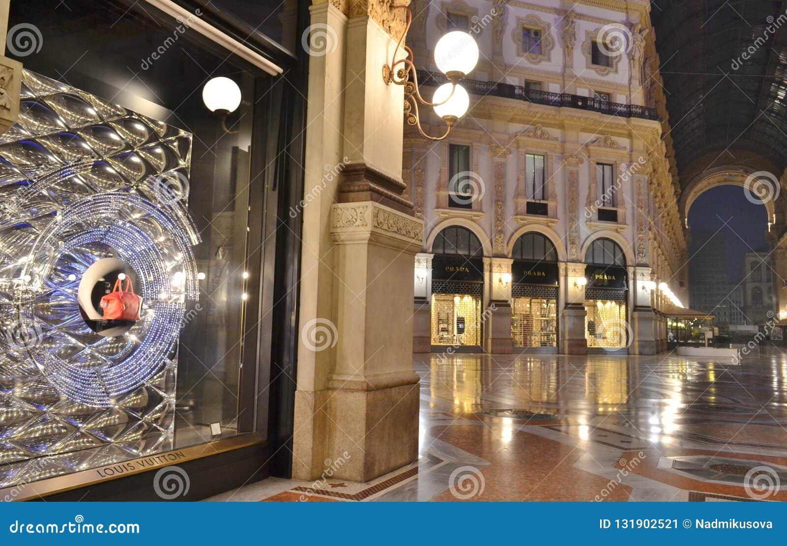 Belle vue en gros plan à la fenêtre de boutique de mode de Louis Vitton dans la galerie de Vittorio Emanuele II