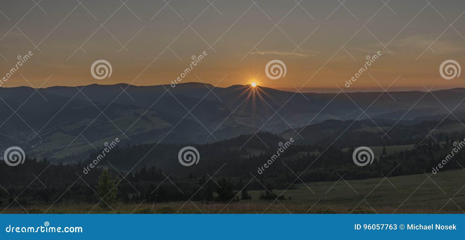 Belle vue en parc national de Pieniny avec le lever de soleil