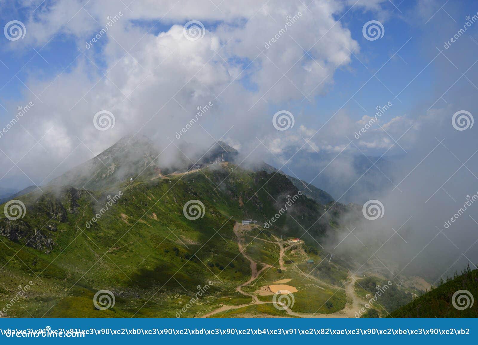 Belle vue même des montagnes avec le brouillard et les nuages