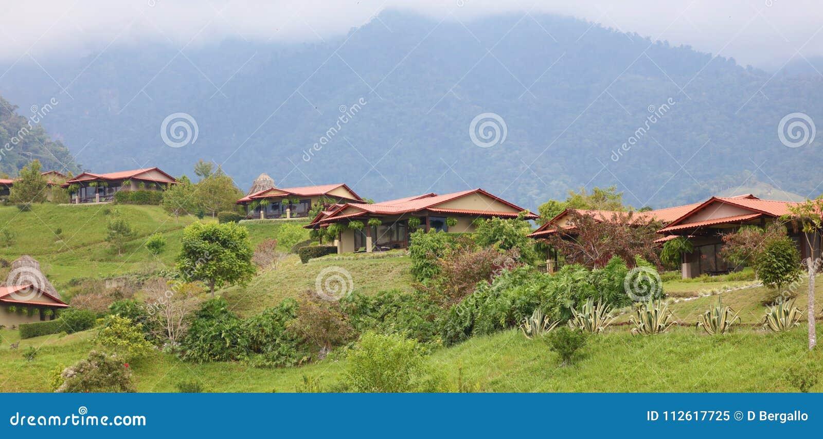 Belle vue panoramique des maisons dans les montagnes en Costa Rica avec la jungle verte