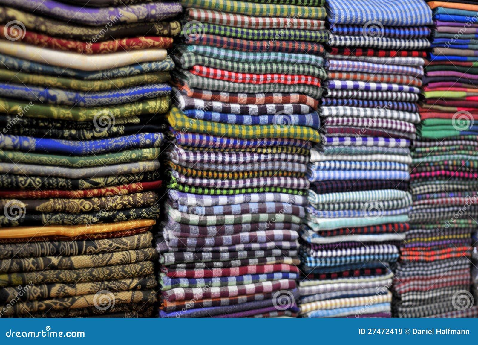 3fc453530591 Belles écharpes au marché image stock. Image du récoltez - 27472419