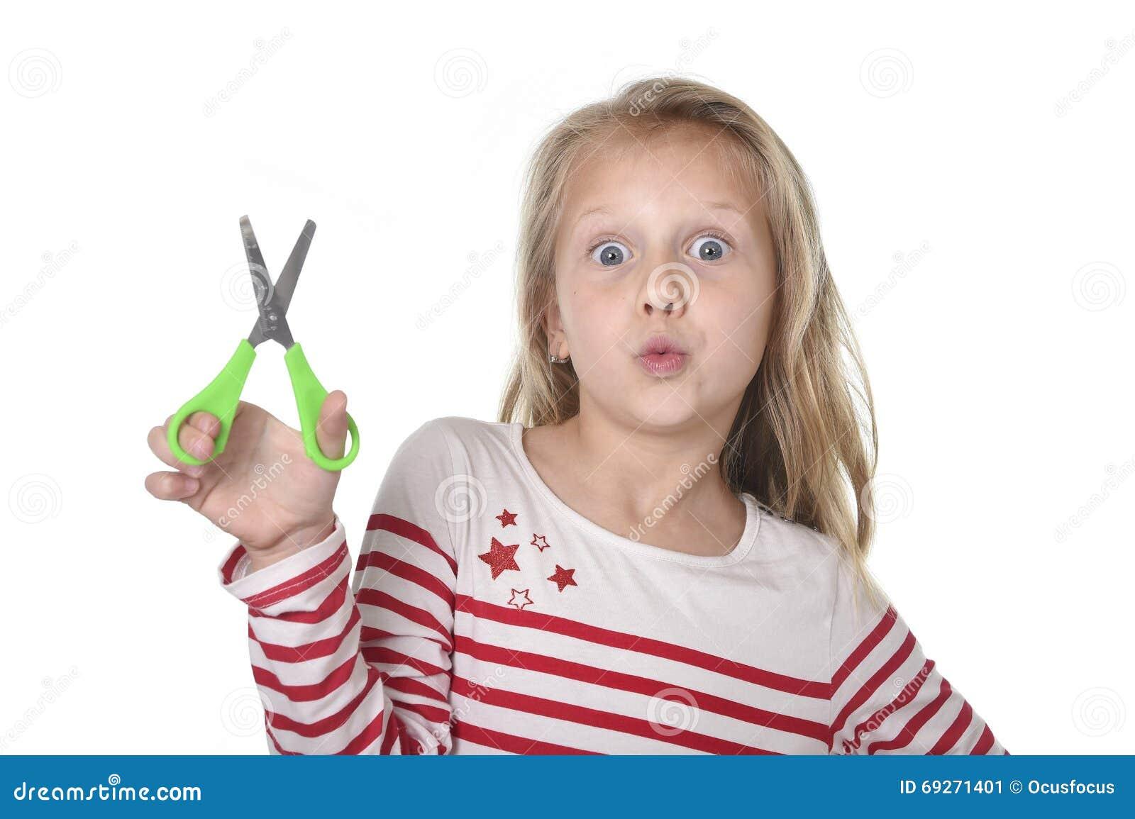 Belles années femelles douces de l enfant 6 à 8 tenant le concept de fournitures scolaires de ciseaux de coupe