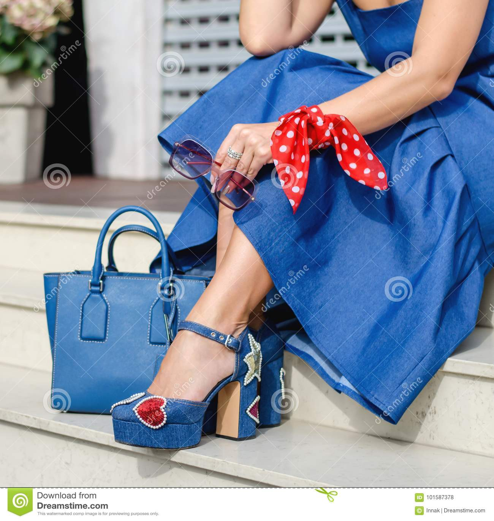 7b8c028a235 Libre de droits. Belles et à la mode chaussures sur la jambe du ` s de femmes  Accessoires élégants