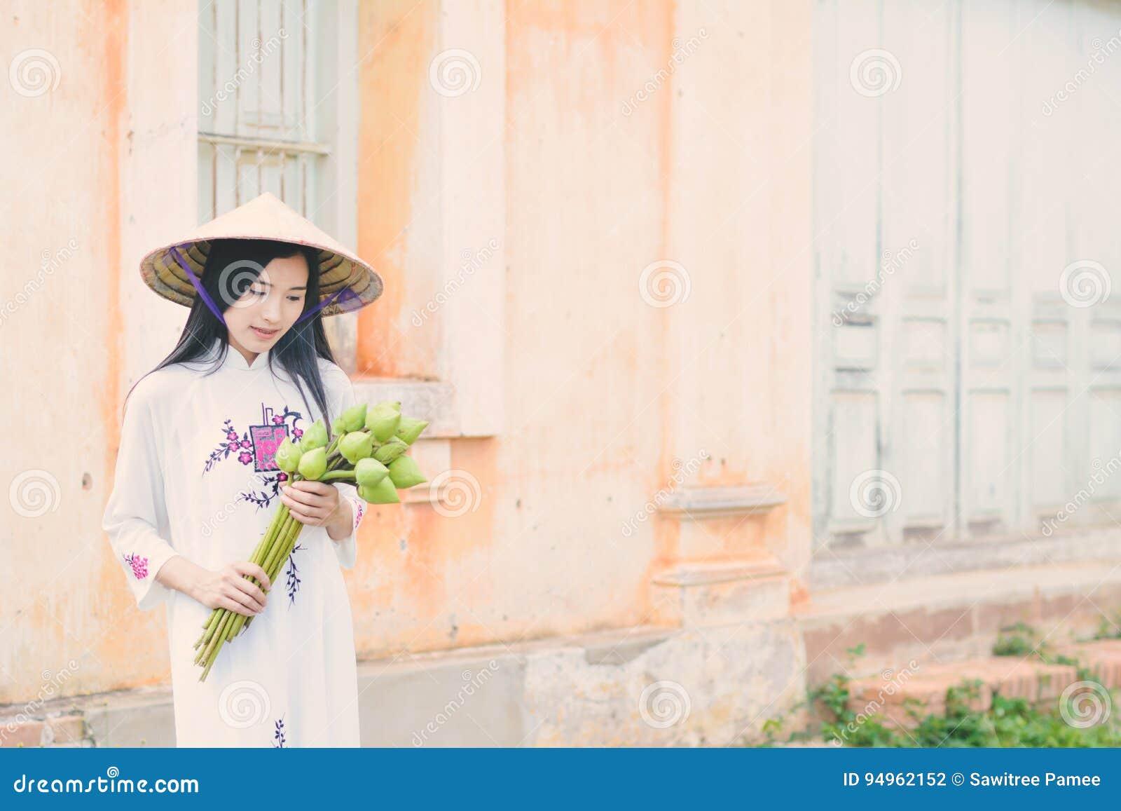 Photo La D'ao Blanche Dai Belles Avec Robe Stock Vietnam Femmes I9ED2H