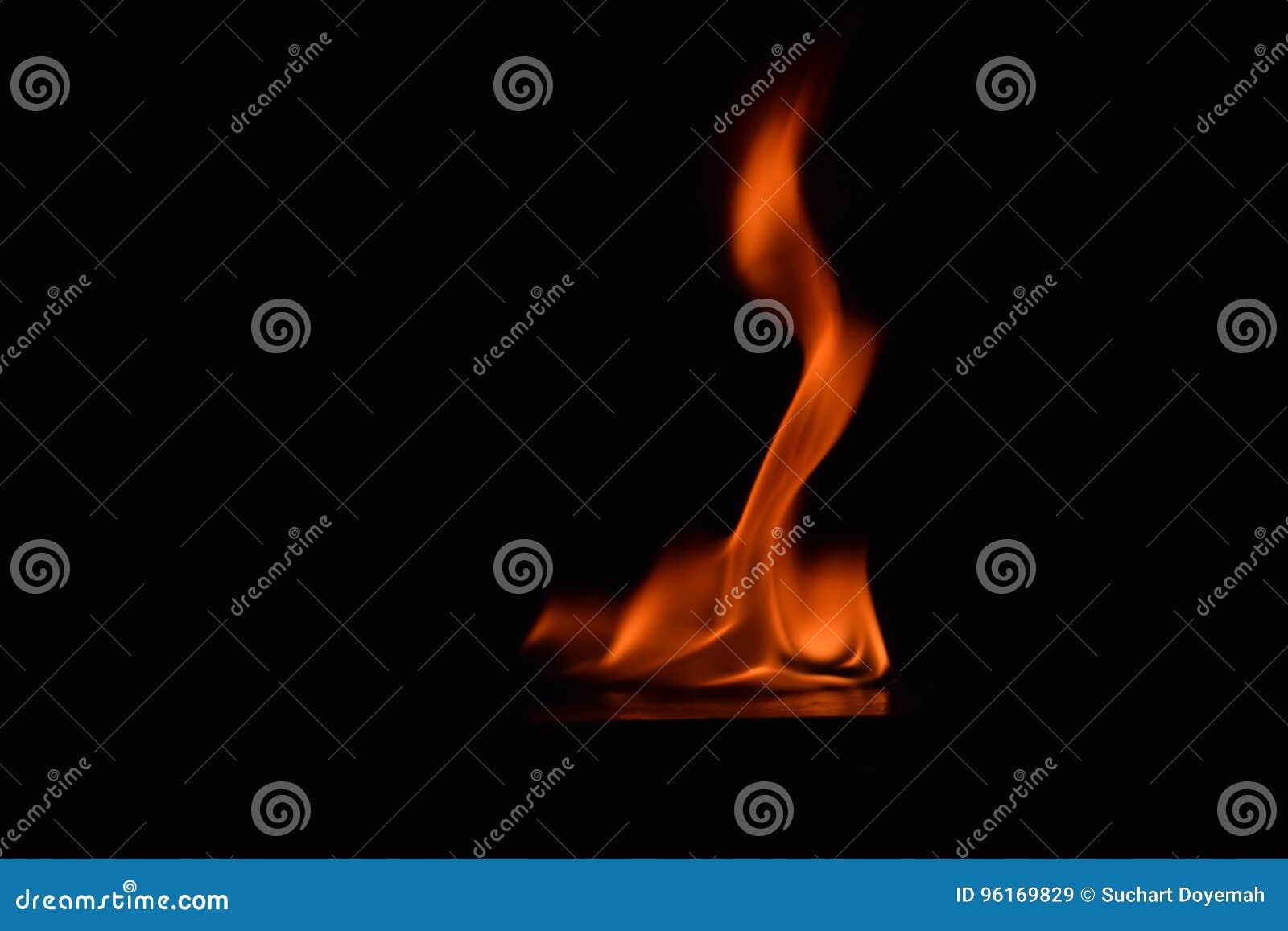 Belles flammes du feu sur le fond noir