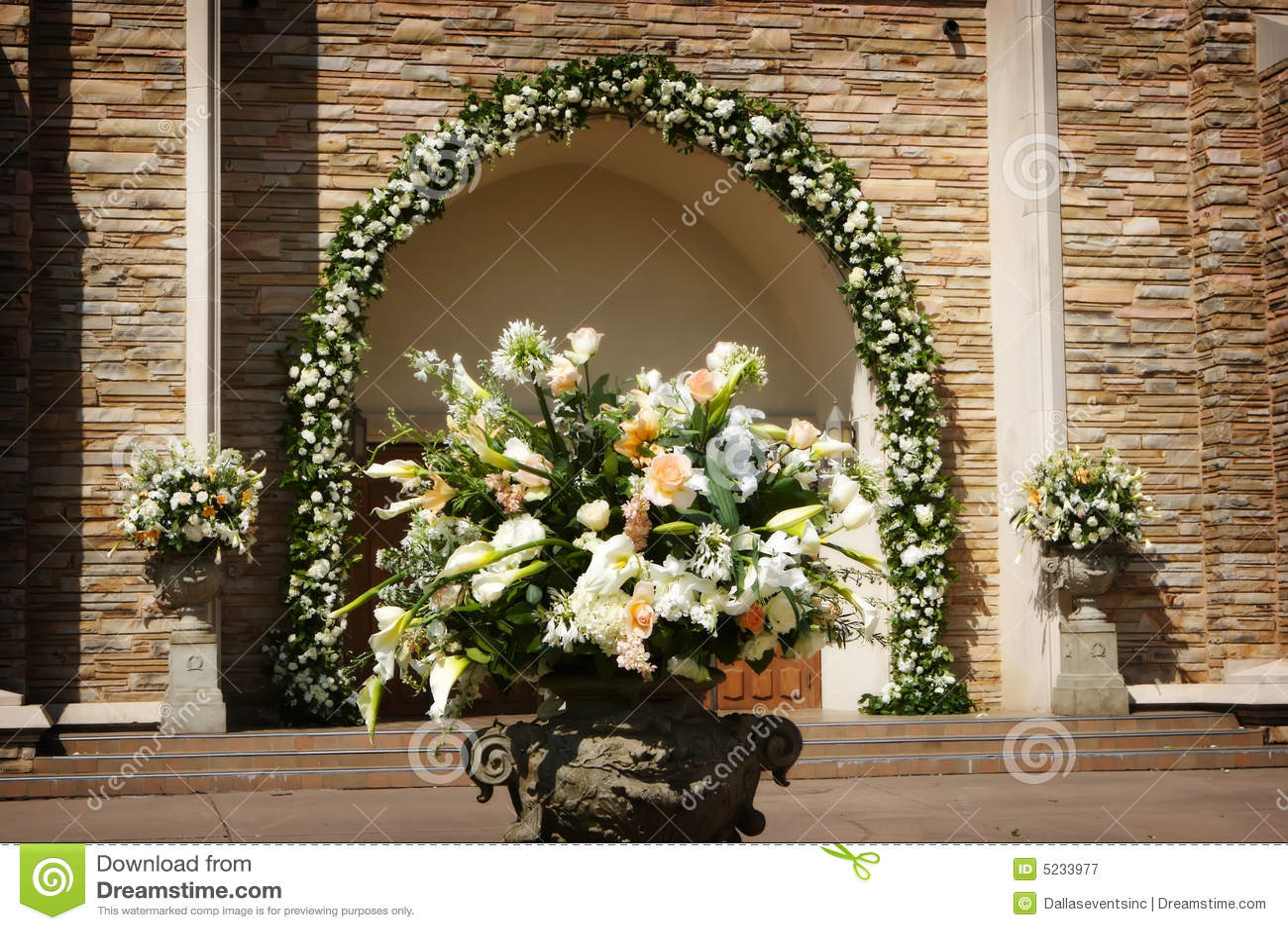 Belles fleurs de mariage en dehors d une église