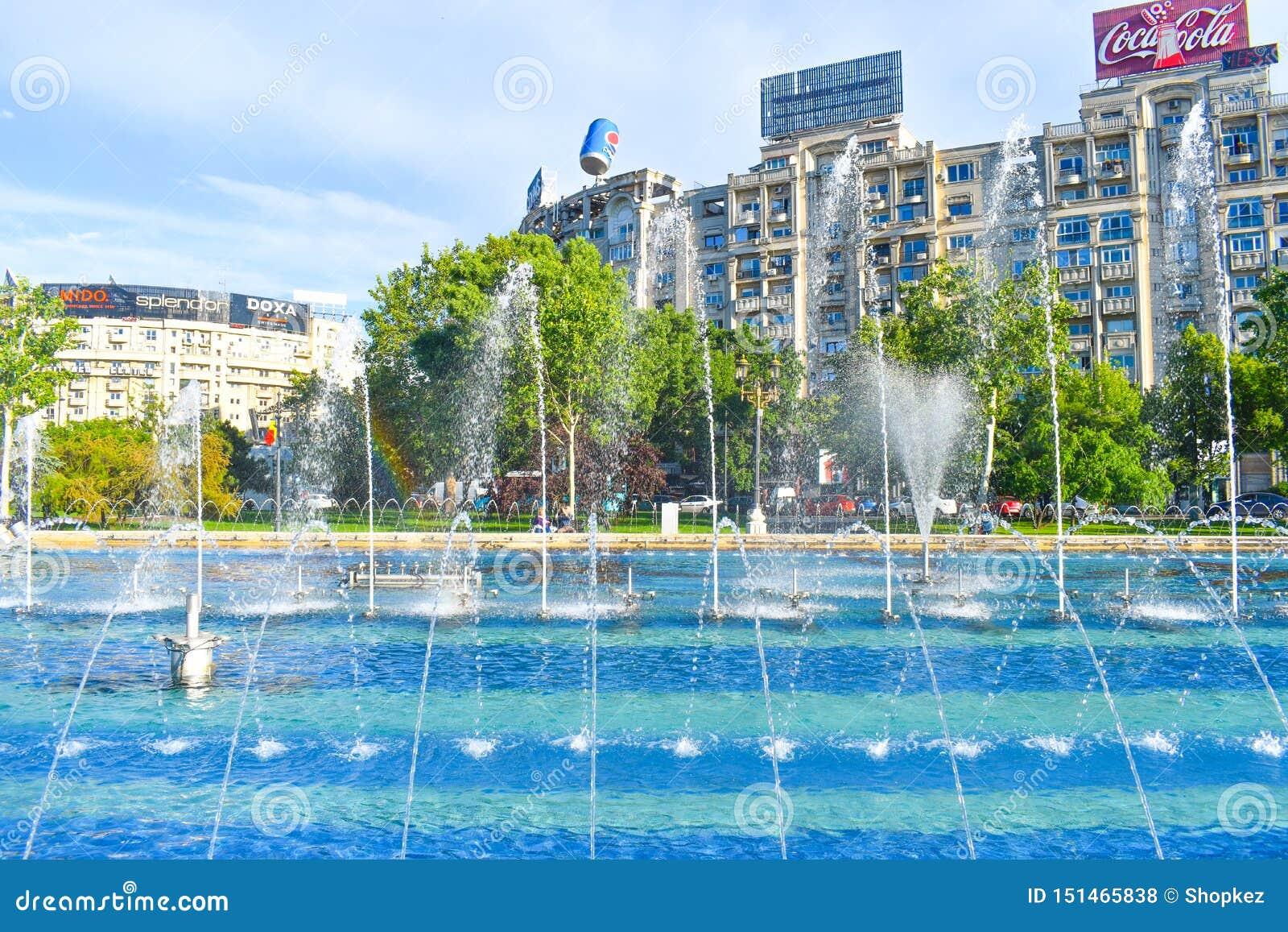 Belles fontaines dans Union Square ou Piata Unirii dans le centre ville de Bucarest dans une journée de printemps ensoleillée 20