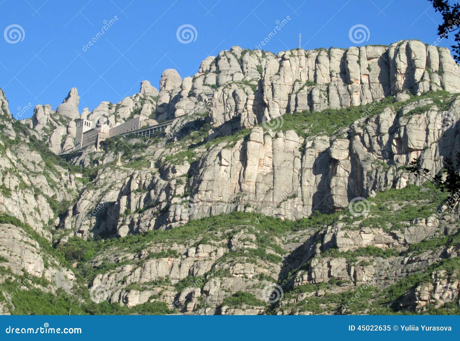 Belles formations de roche formées peu communes de montagne de Montserrat, Espagne