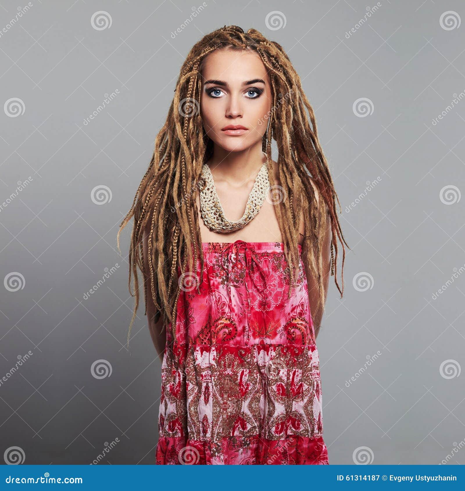 belles hippies de fille avec des dreadlocks femme assez jeune image stock image du l gance. Black Bedroom Furniture Sets. Home Design Ideas
