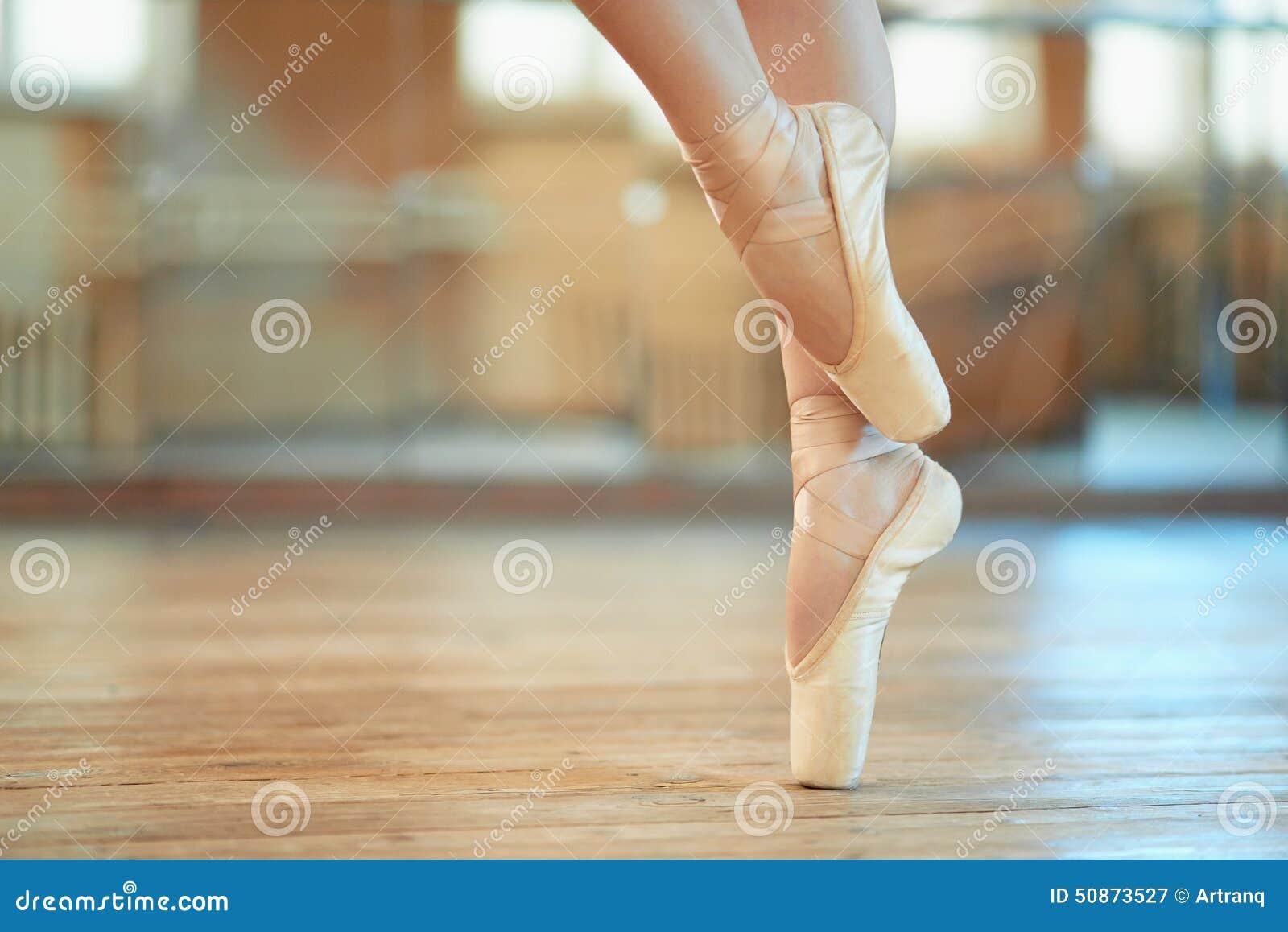 Belles jambes de danseur dans le pointe