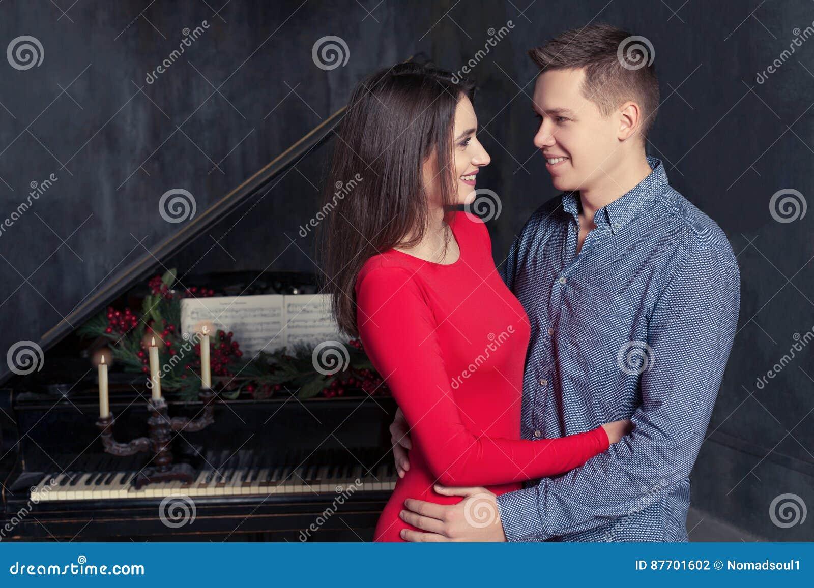Belles jeunes étreintes affectueuses de couples