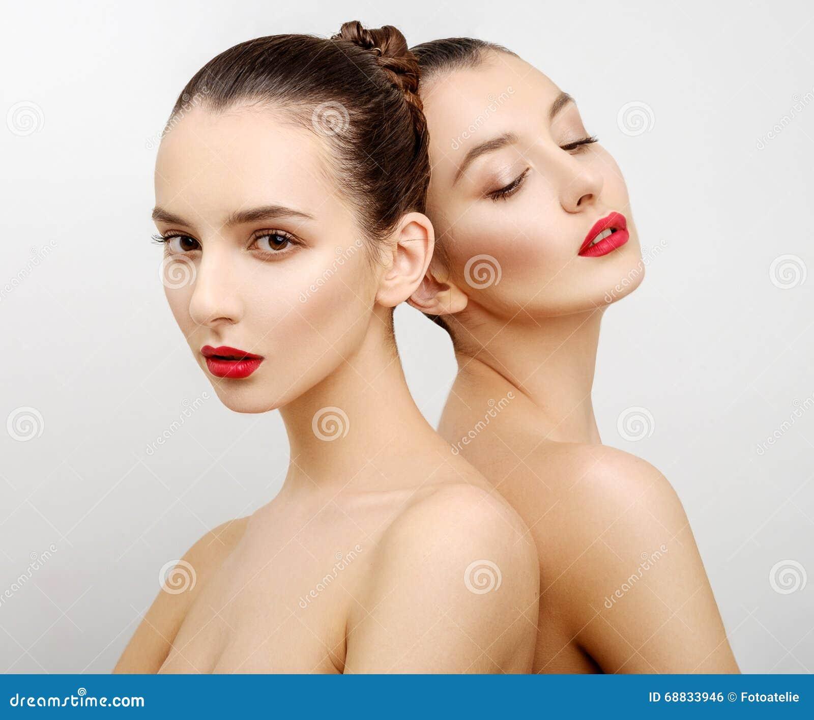 Belles jeunes femmes sexy du portrait deux