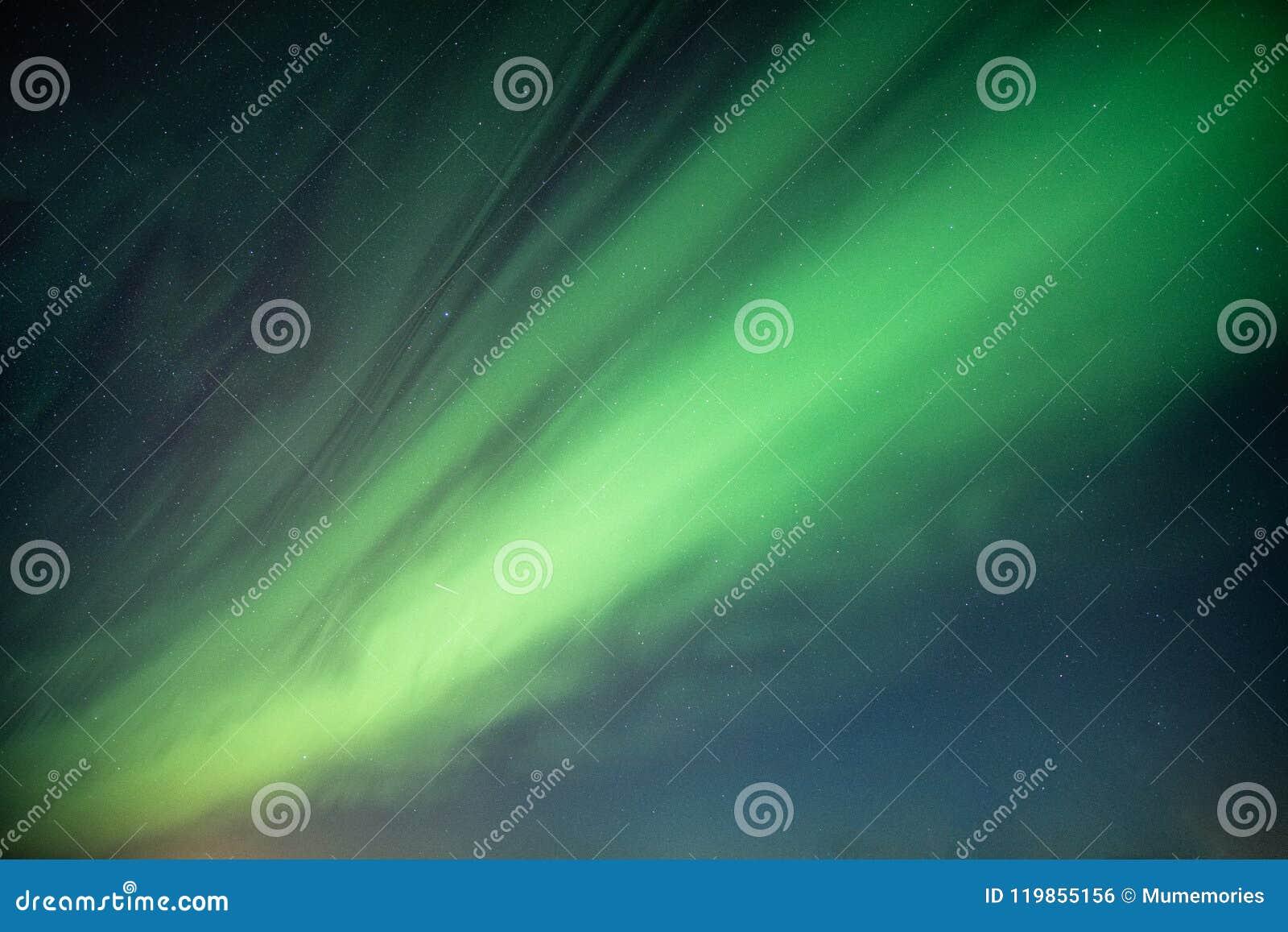 Belles lumières du nord, aurora borealis dansant sur le ciel nocturne