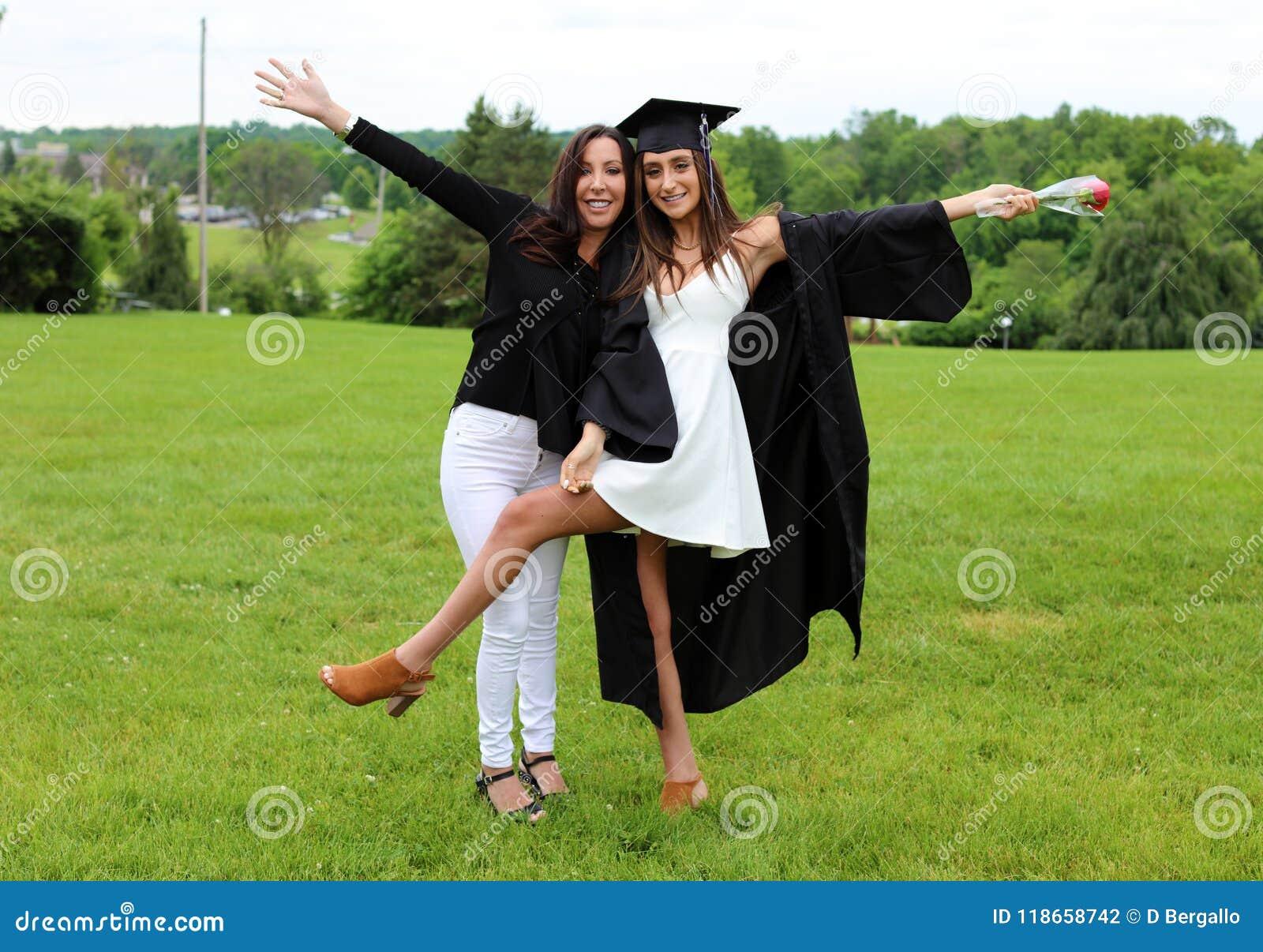 Belles mère et fille dans le chapeau, la robe et le Tass noirs, adolescent sexy Visage magnifique unique, sourire gentil, fille m