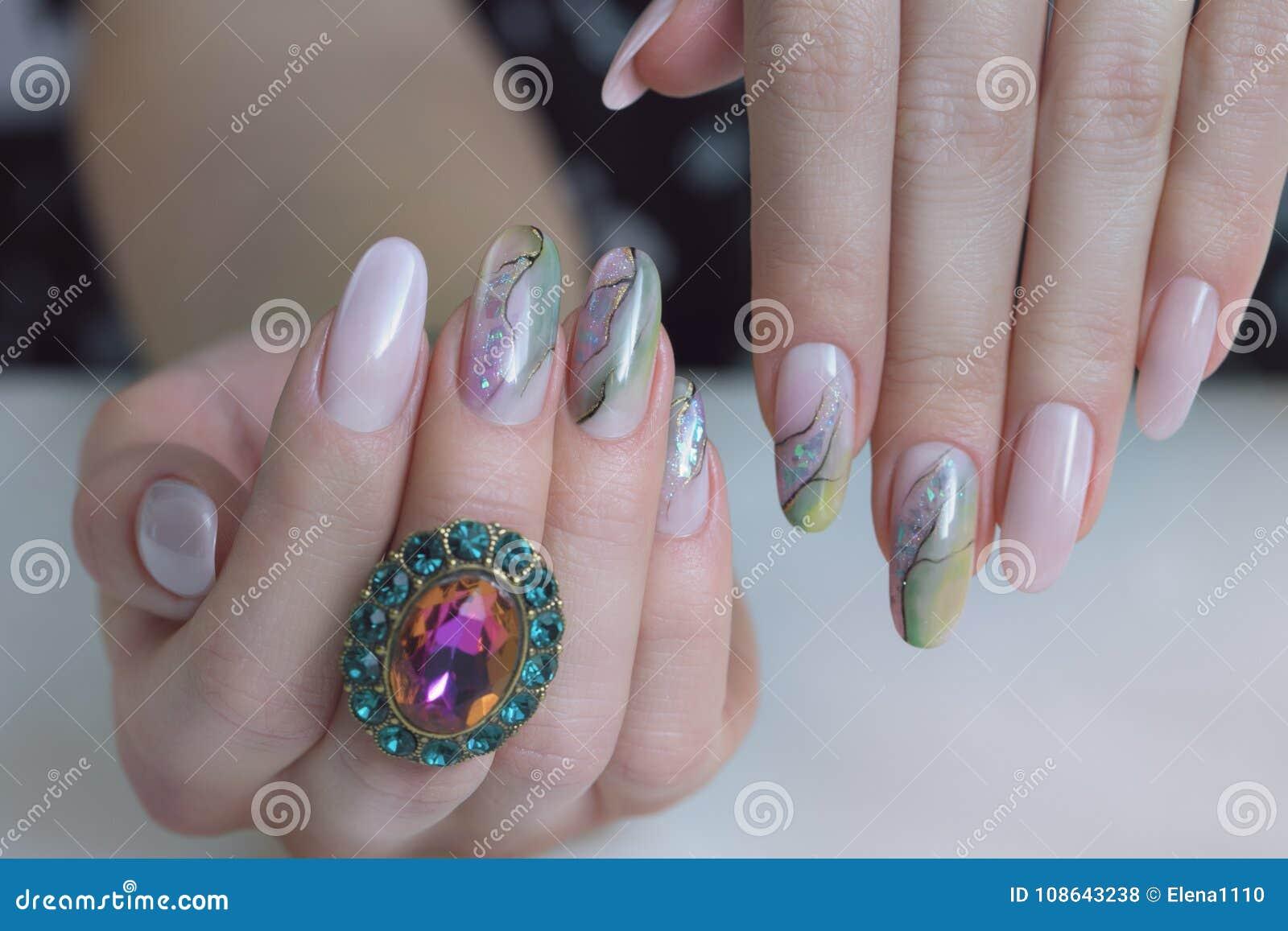 Belles Mains Femelles Avec Des Ongles Manucures Photo Stock Image Du Fond Rose 108643238