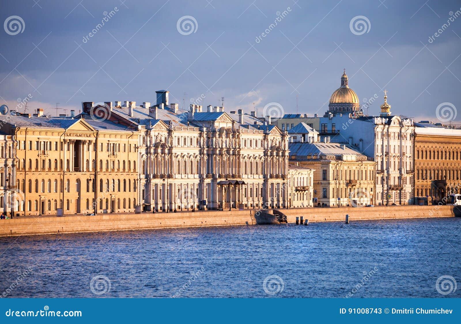 Belles maisons sur le remblai de la rivière de Neva