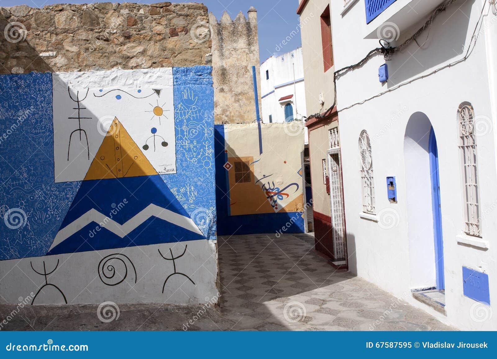 belles peintures sur les murs de la m dina asilah au maroc du nord image stock image 67587595. Black Bedroom Furniture Sets. Home Design Ideas