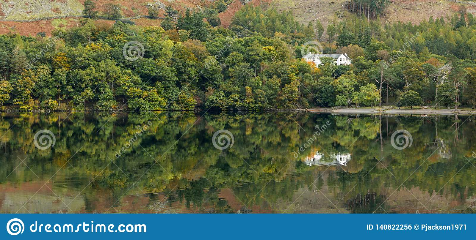 Belles réflexions au lac Buttermere, secteur de lac