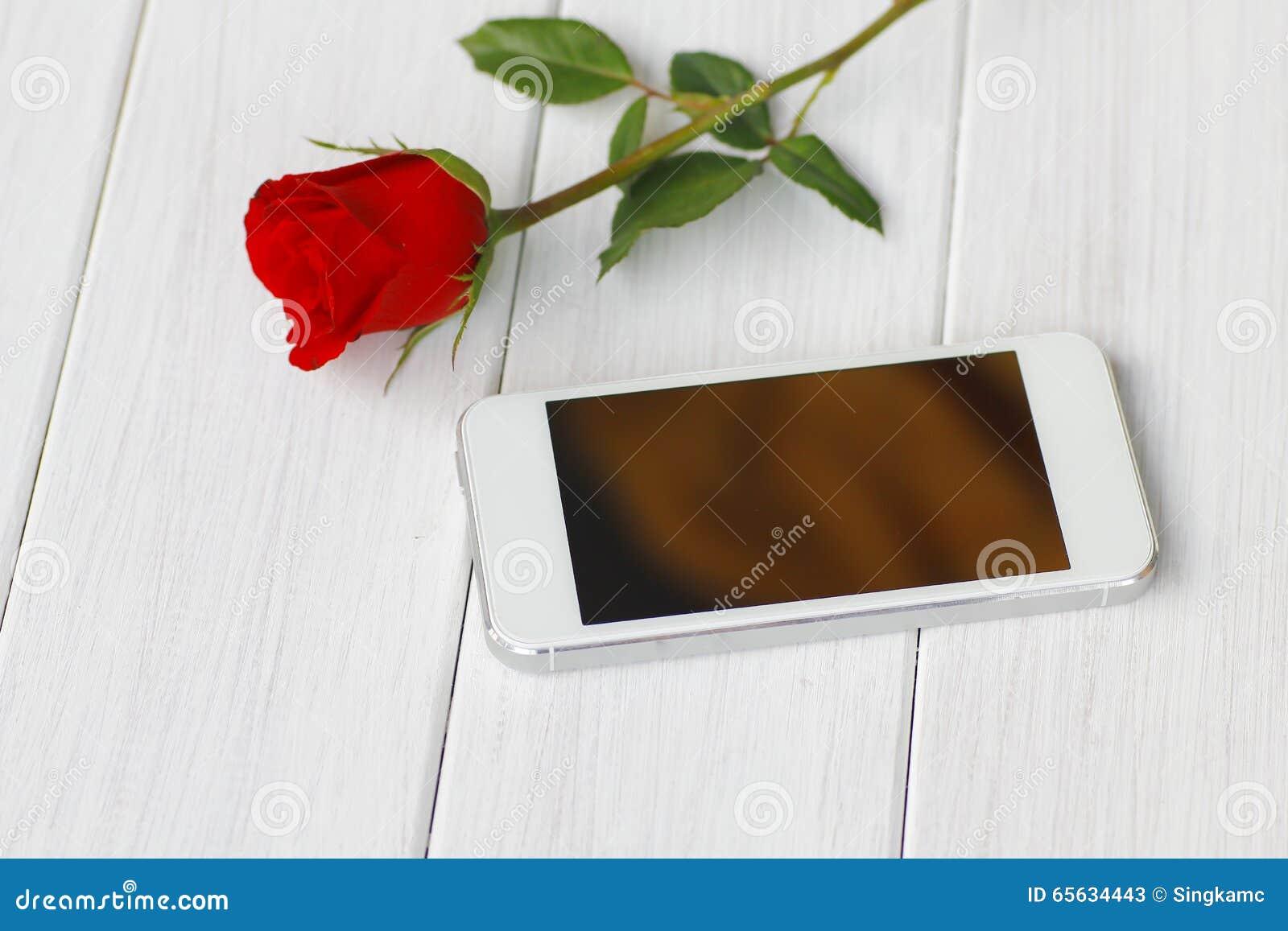Belles roses rouges sur le plan rapproché de table