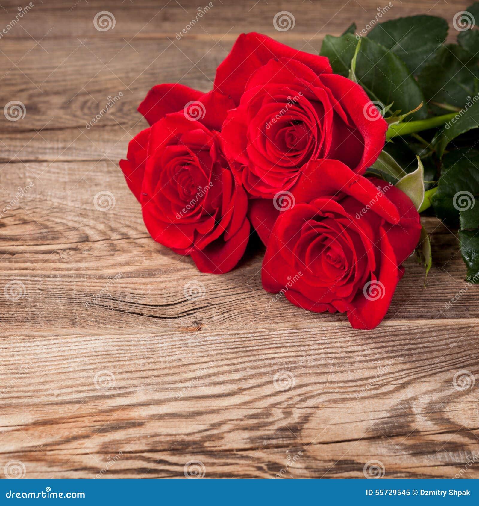 Belles roses rouges sur le vieux conseil