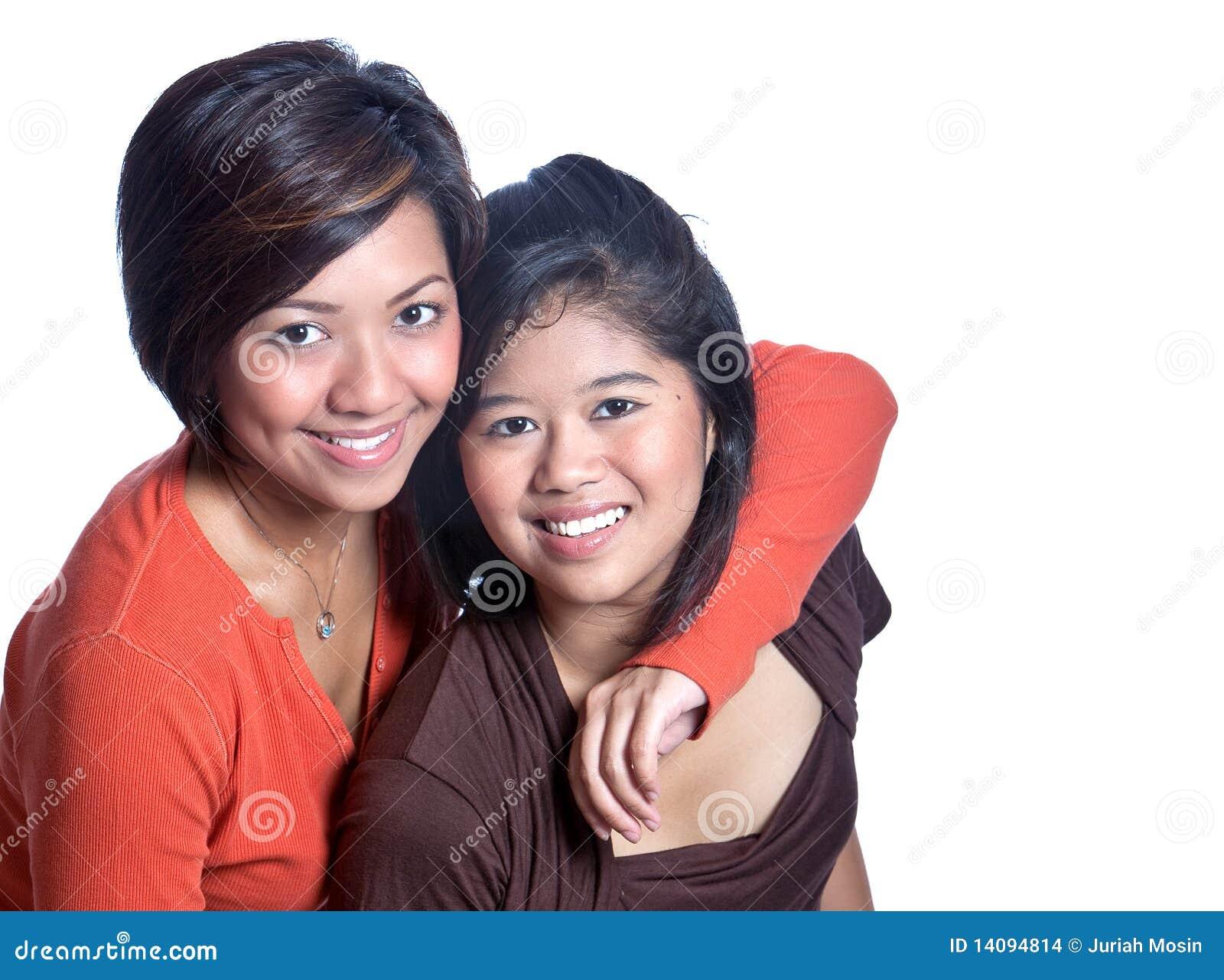 Belles soeurs asiatiques sur le fond blanc