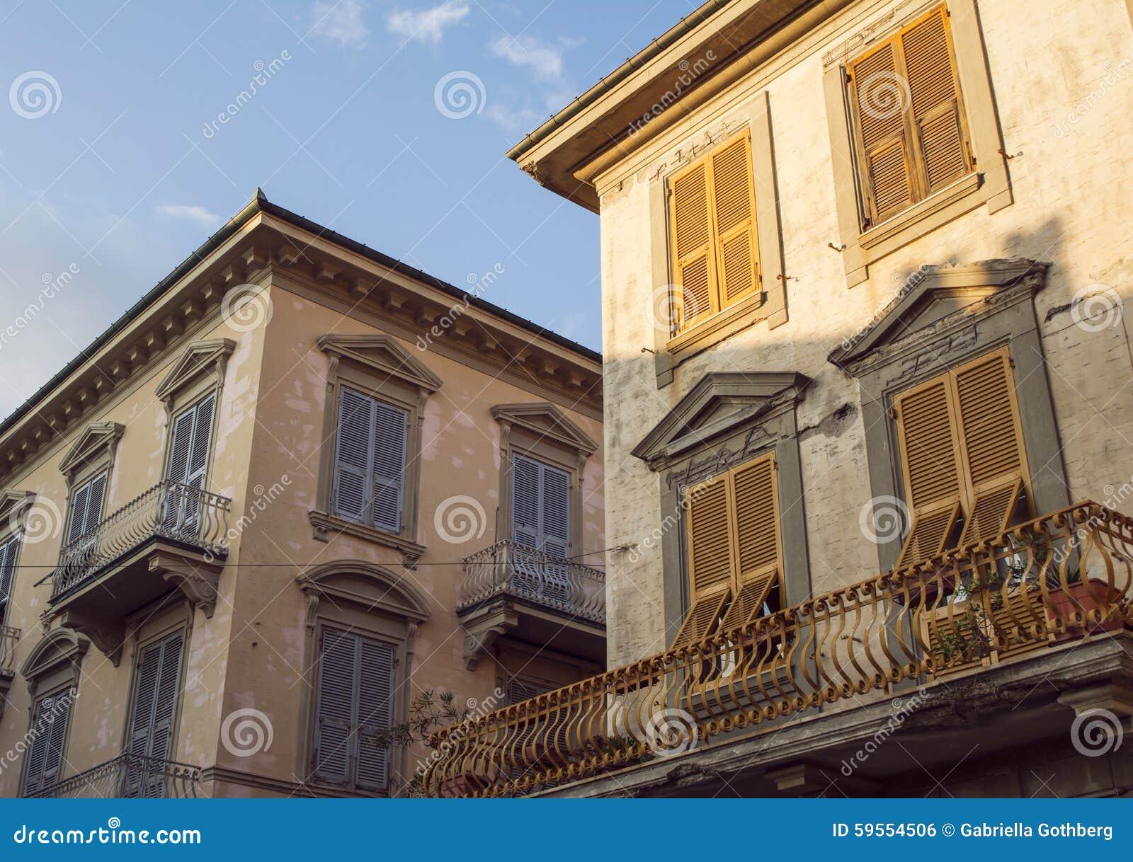 Belles, Vieilles Façades Ensoleillées De Maison Dans Levanto, Italie ...