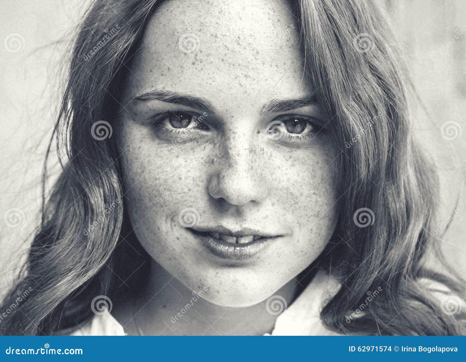 Belleza al aire libre Retrato sonriente de la mujer joven y feliz con las pecas Rebecca 36