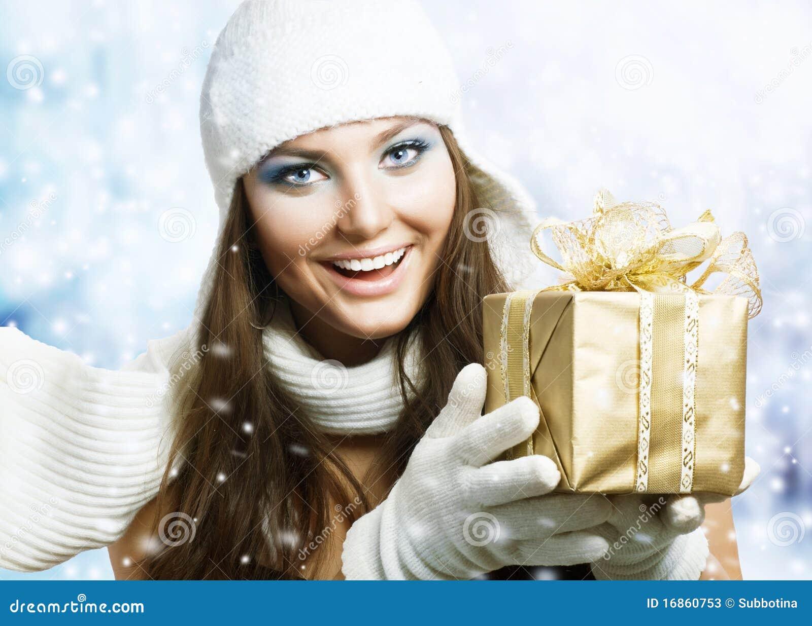 Belleza con el regalo de la Navidad