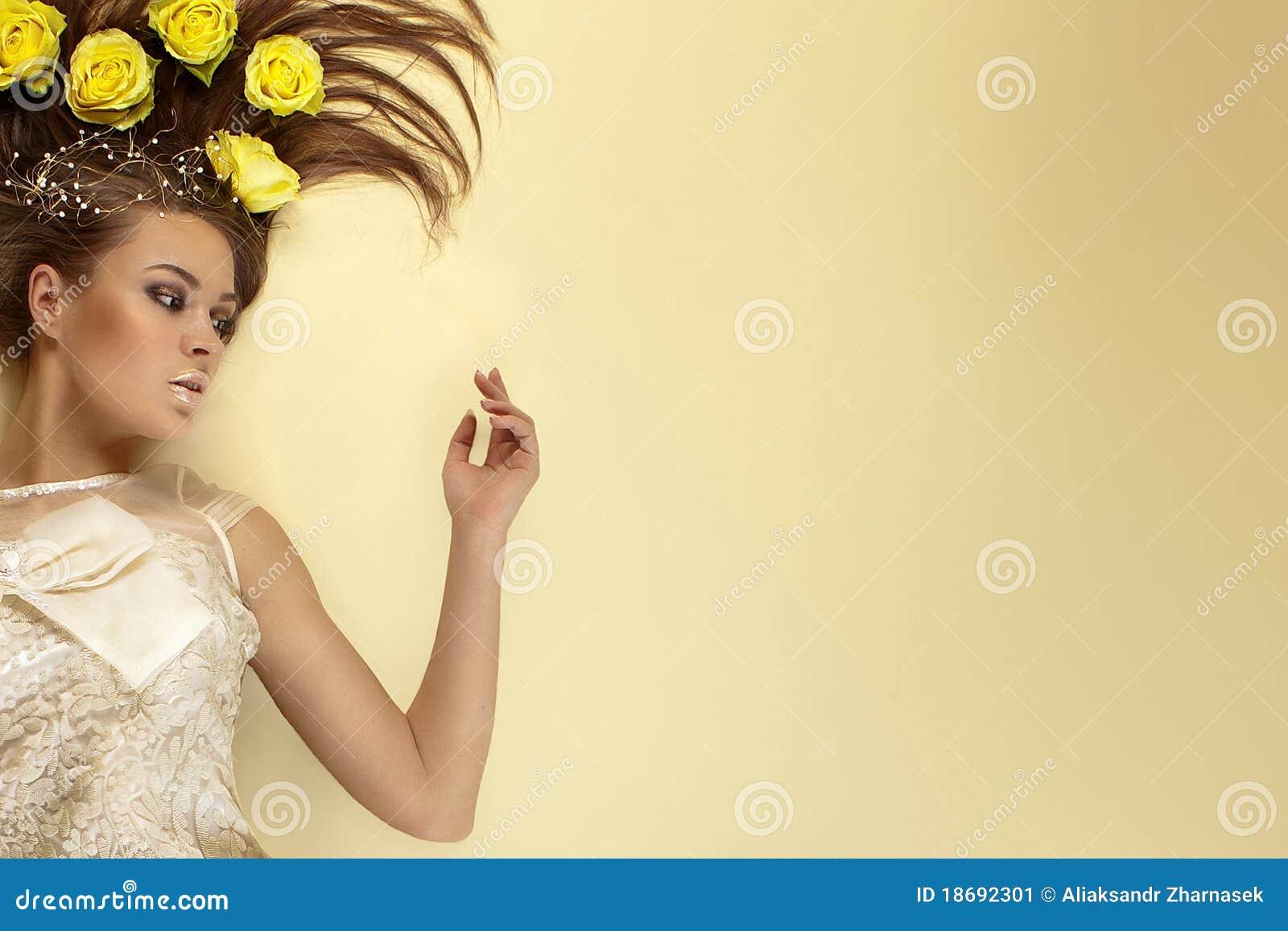 Belleza de rosas en su pelo