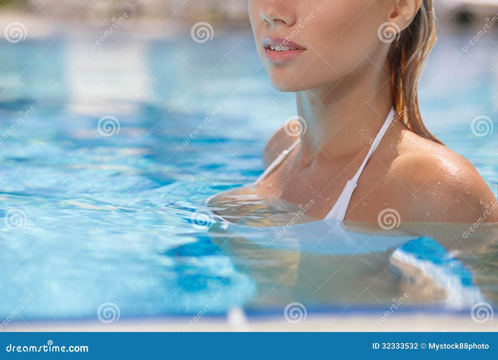 31e76680845f Belleza en piscina. Imagen cosechada de la natación hermosa de la mujer  joven en piscina