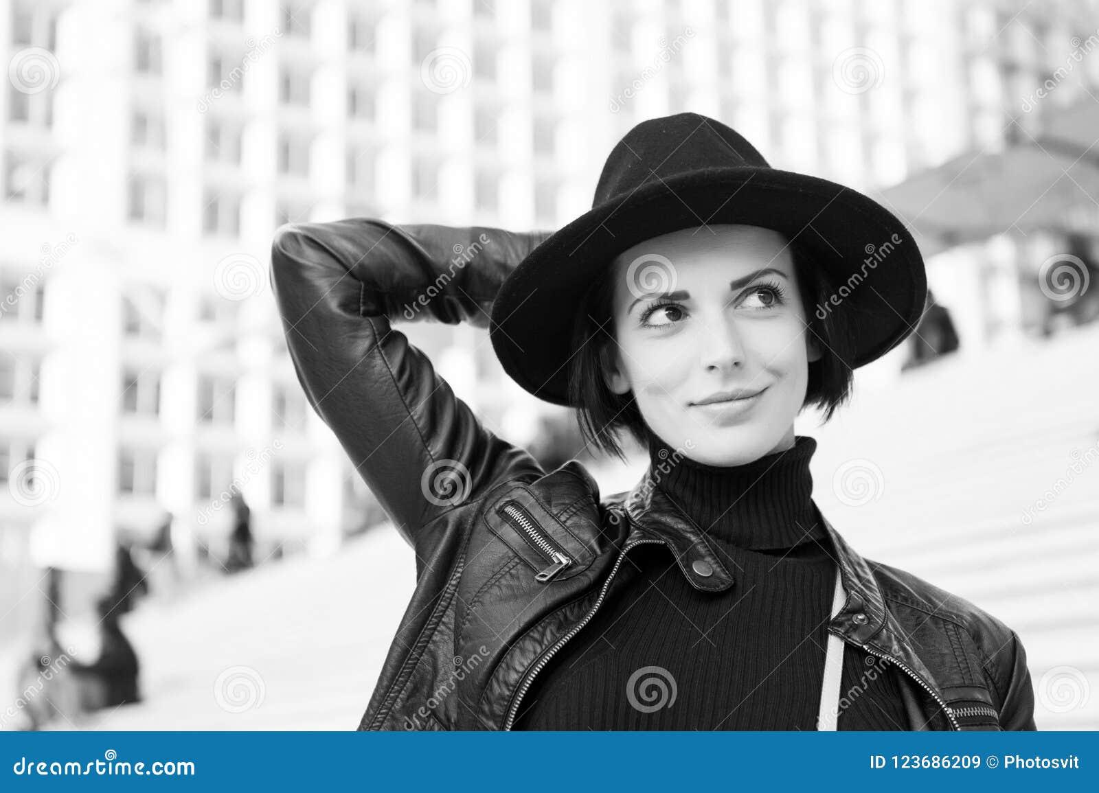 Belleza, mirada, maquillaje Mujer en sonrisa del sombrero negro en las escaleras en París, Francia, moda Moda, accesorio, estilo