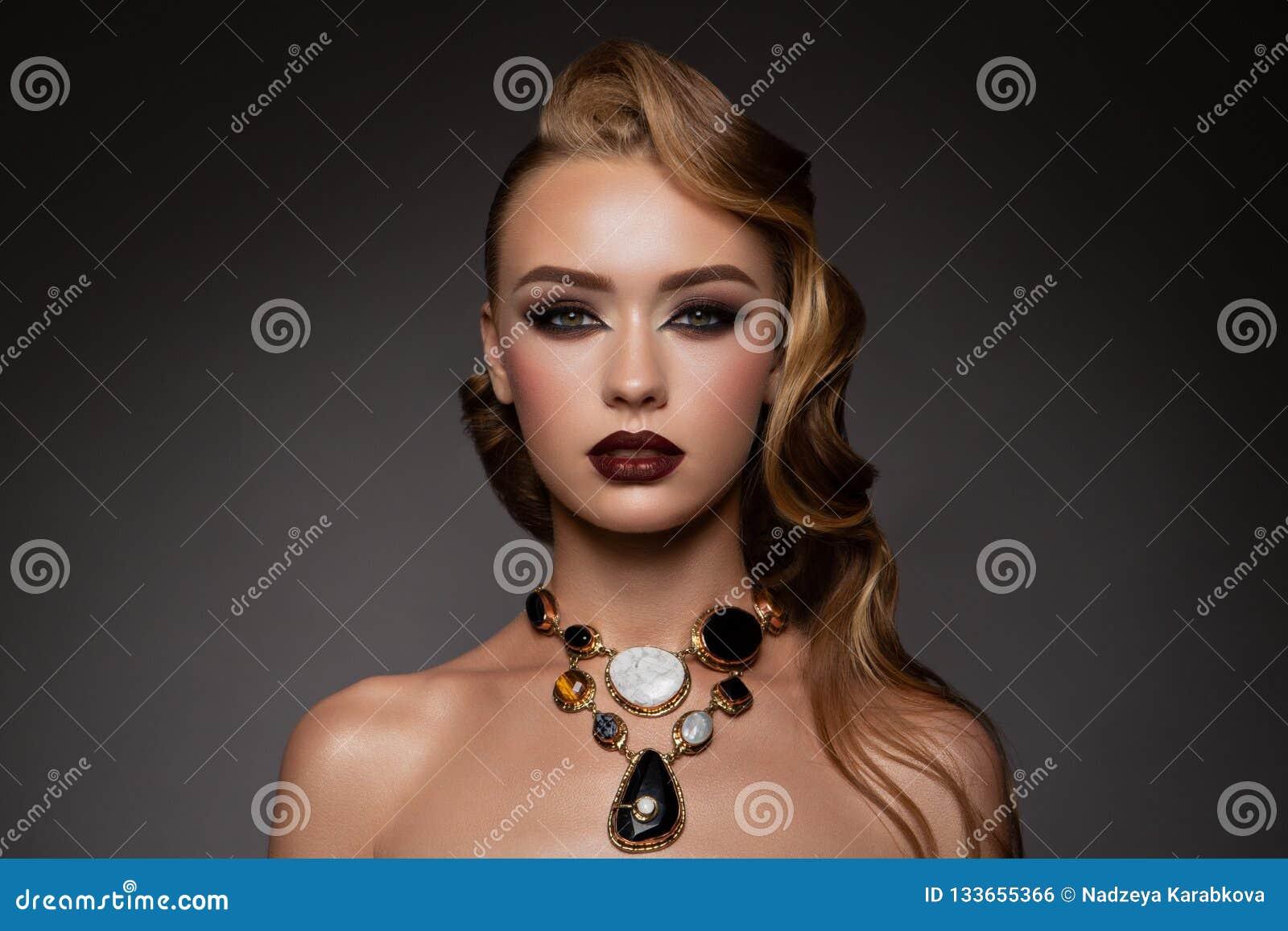 Belleza Woman modelo con el pelo largo de Brown