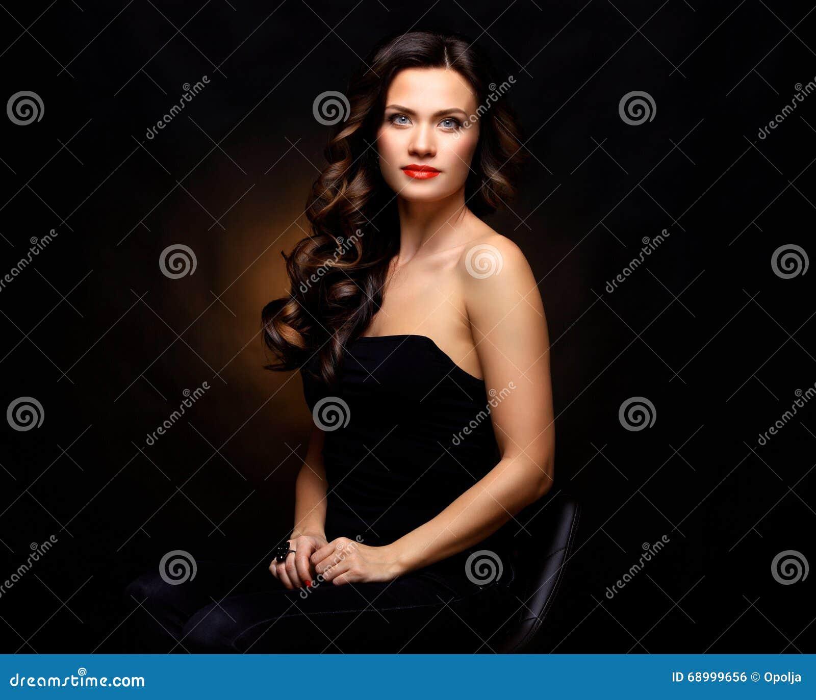 Belleza Woman modelo con el pelo ondulado largo de Brown Pelo sano y maquillaje profesional hermoso Labios rojos y ojos ahumados