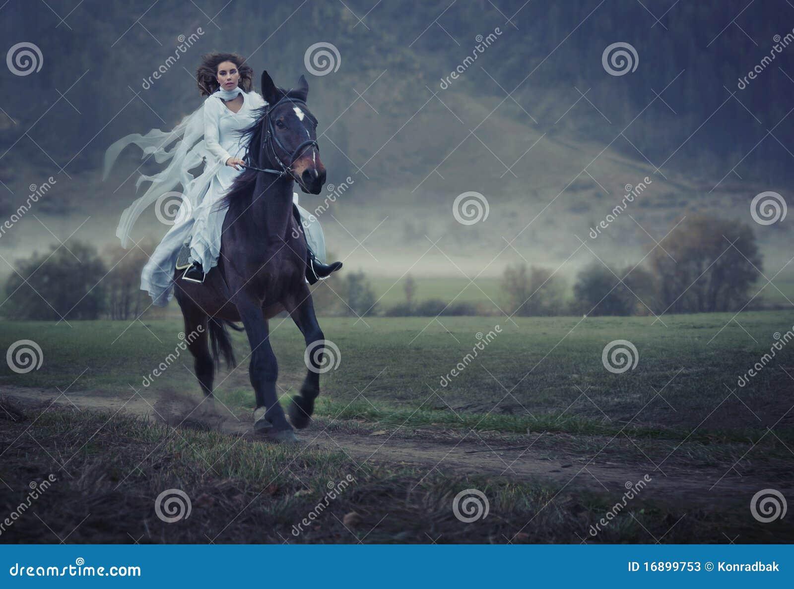Bellezza che monta un cavallo
