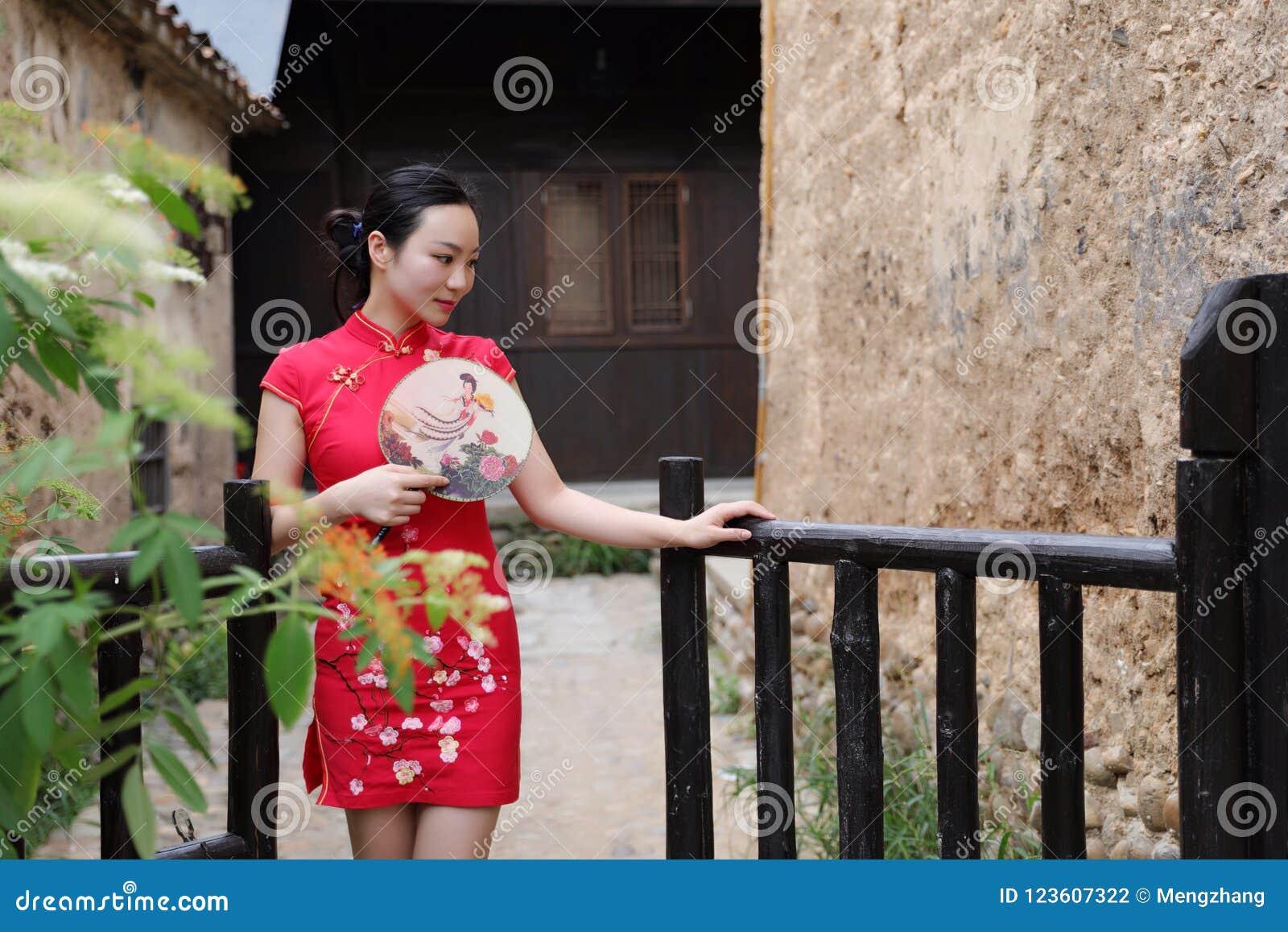 Bellezza cinese orientale orientale asiatica della donna nel cheongsam rosso del costume antico tradizionale del vestito di vecch