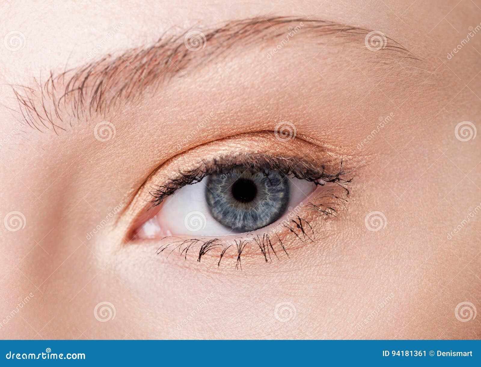 Bellezza del primo piano dell occhio con trucco creativo