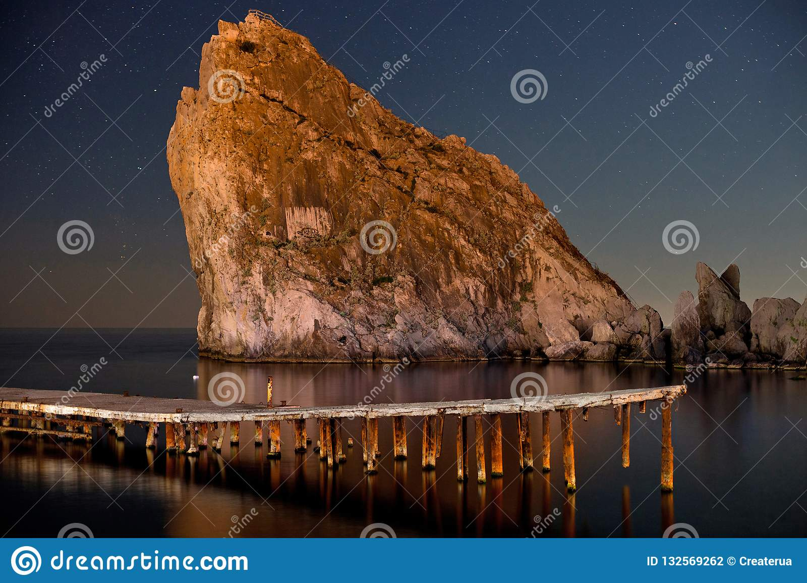 Bellezza della diva di notte Notte sparata del cielo blu scuro stellato, della roccia e del mare La Crimea, Ucraina