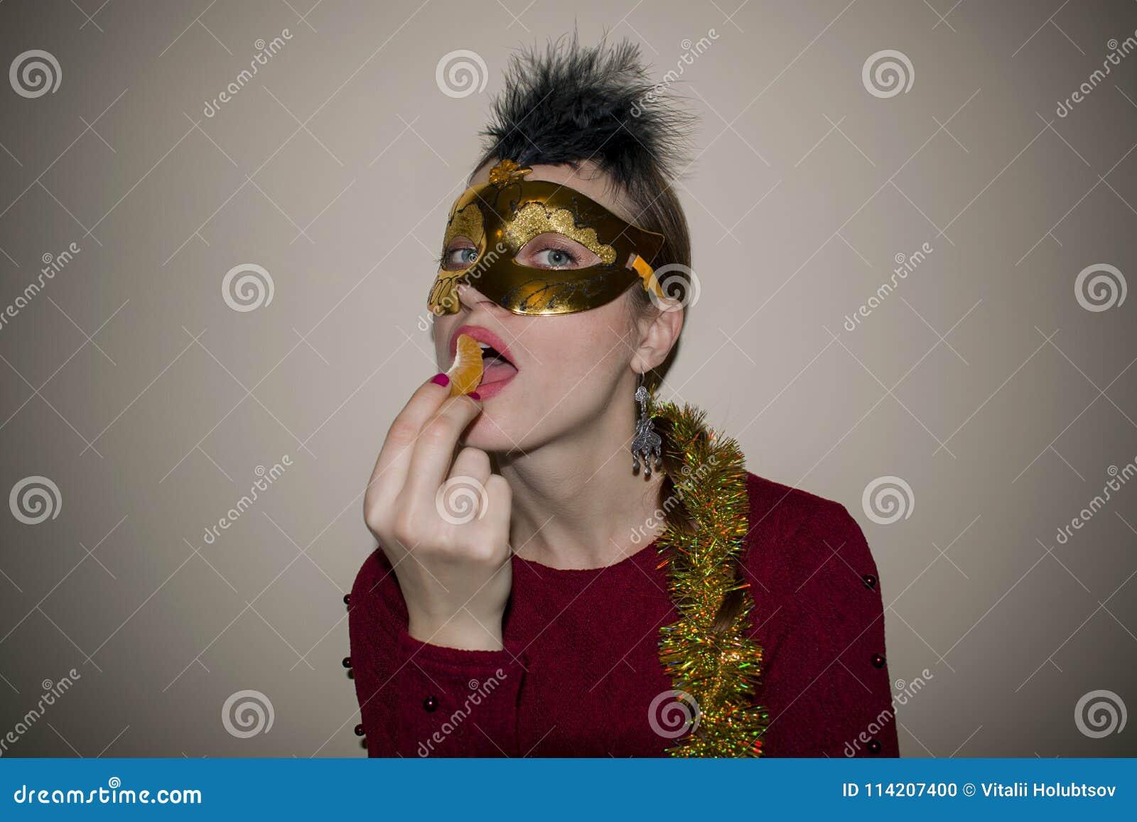Bellezza di modello della donna, maschera veneziana d uso di carnevale di travestimento al partito Celebrazione il Natale e del n
