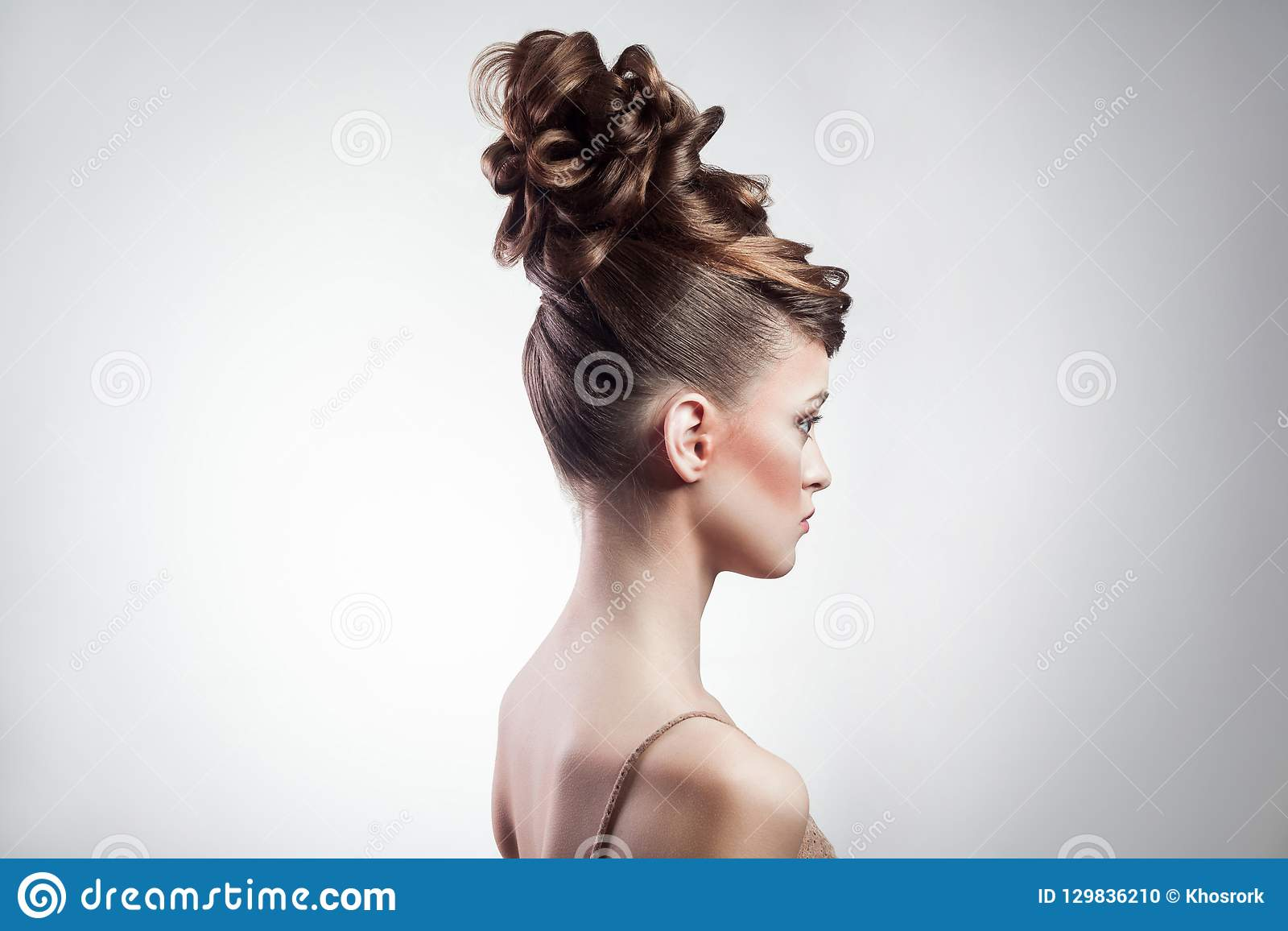 Bellezza e acconciatura femminili di trucco