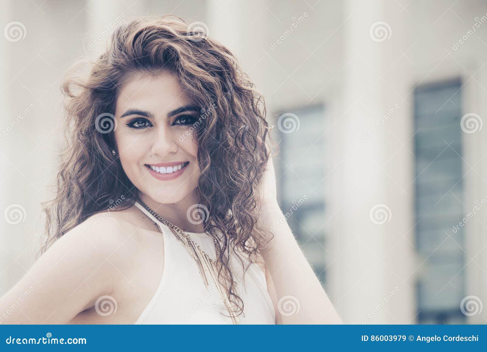 Bellezza Femminile Giovane Donna Sorridente Dei Capelli ...