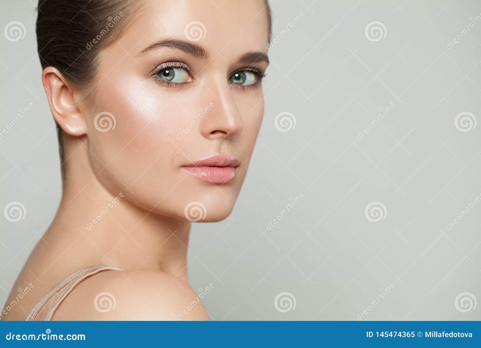 Bellezza naturale Bella donna in buona salute con chiara pelle Skincare e concetto facciale di trattamento
