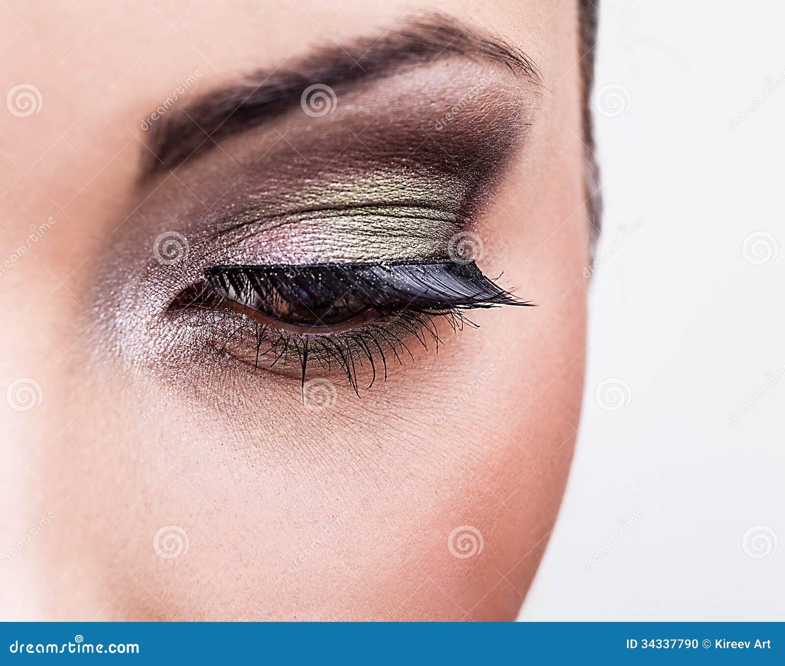 Bellezza naturale di salute di un fronte della donna. Trucco degli occhi  verdi del primo
