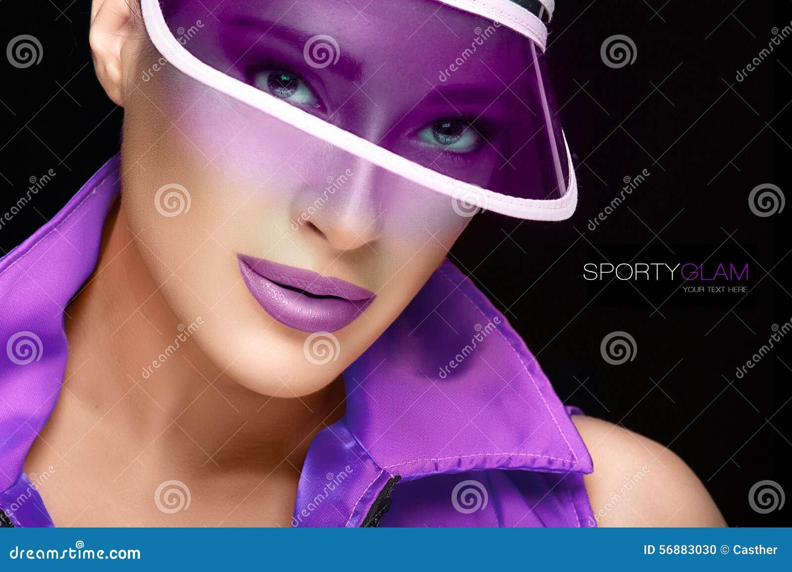 Bellezza sportiva Giovane donna alla moda in visiera di Sun porpora