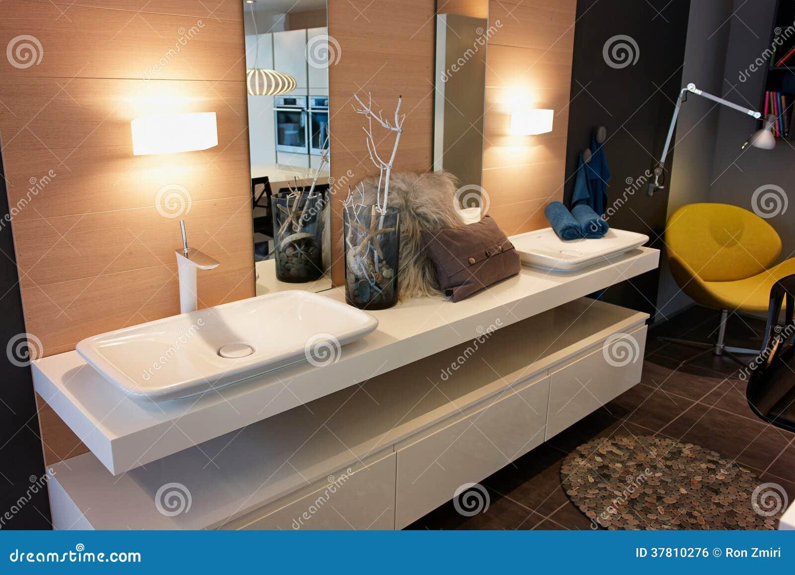 Bello bagno classico moderno nella nuova casa di lusso fotografia