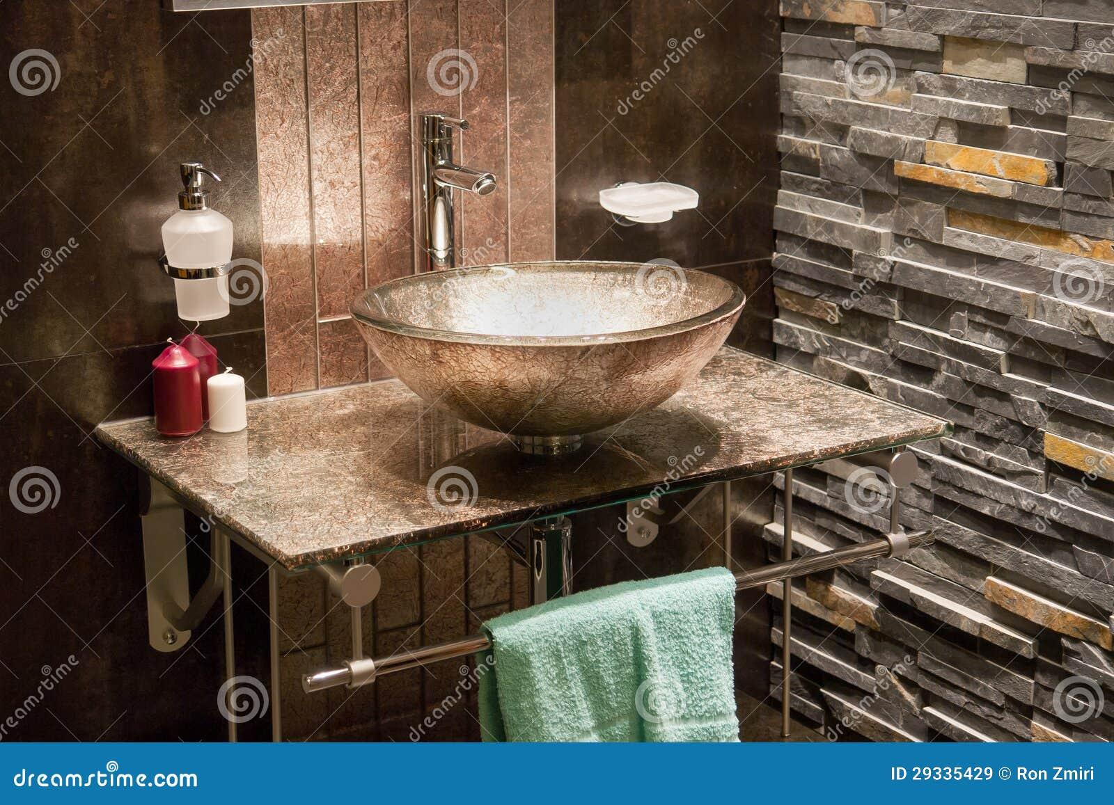 bello bagno moderno nella nuova casa di lusso immagine